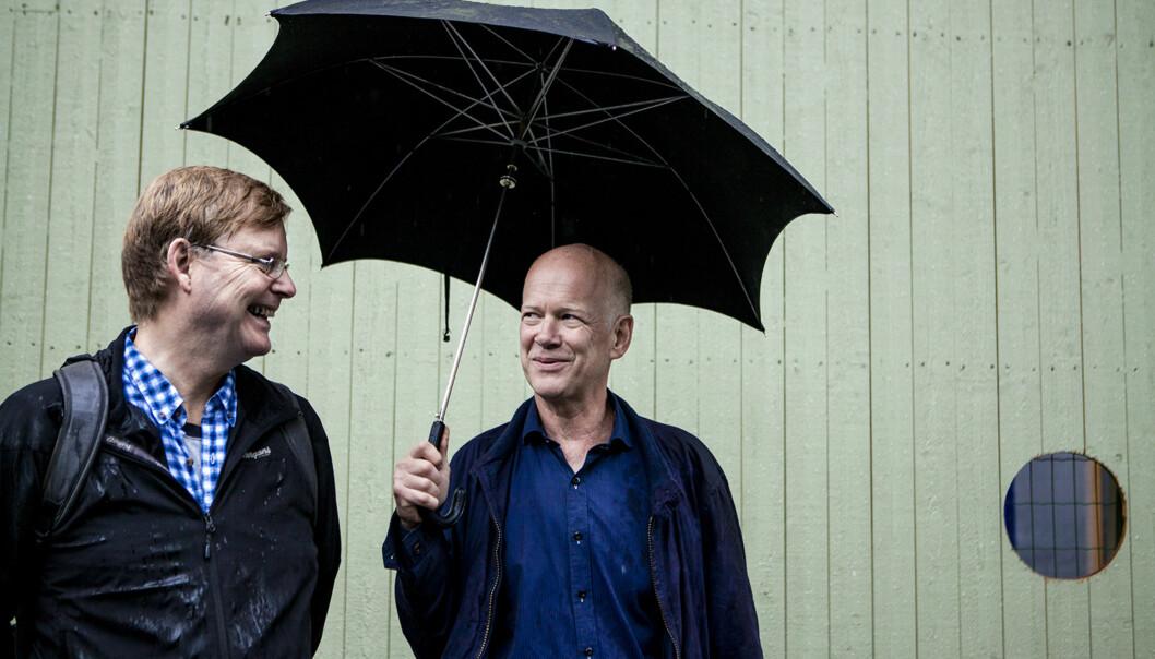 Robert Williams Kvalvaag og Jan Sverre Knudsen (tv), har bidratt i bok om 22.juli og musikken. her er de 30-40 meter unna der bomben smalt utenforregjeringskvartalet. Foto: Wanda Nathalie Nordstrøm