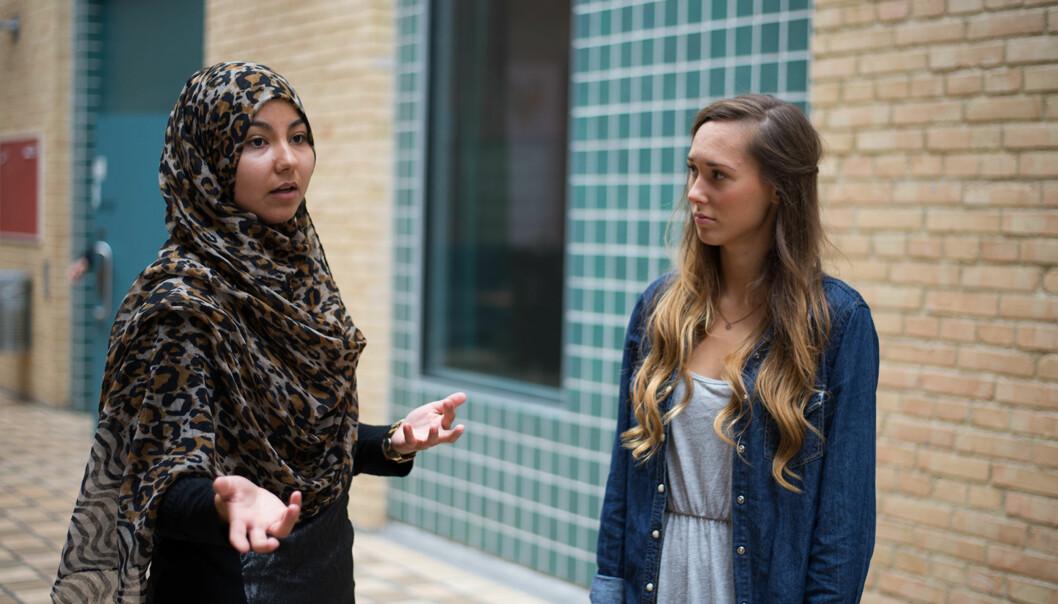 Lærerstudentene Khadjia Laamimach (til venstre) og Lisett Nordmoen støtterlærerstreiken. Foto: Evelyn Pecori