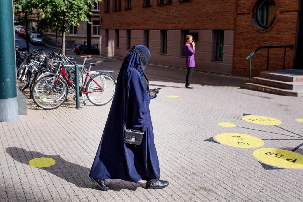 Det skal være lov å bære nikab som her i pauser og på campus. Det er i undervisningssituasjonen det blir forbudt. Foto: Eskil Wie / Khrono