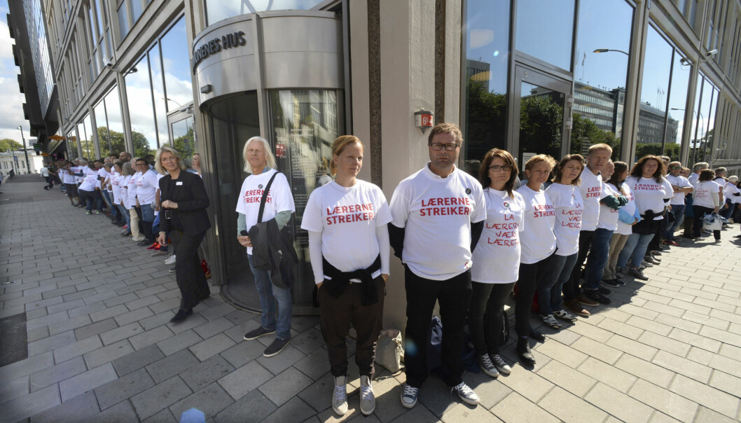 Streikende lærere omringet Kommunenes Hus der deres forhandlingsmotpart KS holder til. Fortsatt uklart om hvor lenge streiken vilvare. Foto: Vidar Ruud, NTB scanpix
