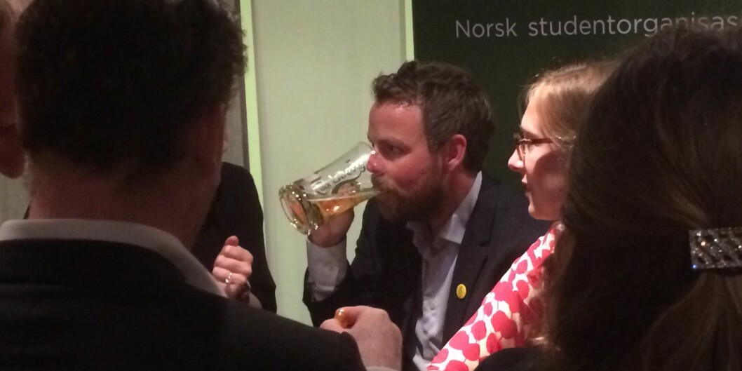 Kunnskapsminister Torbjørn Røe Isaksen runder av siste debatt på Arendalsuka rett før midnatttirsdag.