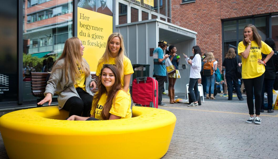 Fadderne Susanne Fornasari, Ida Høgelid, Ulrikke Stuve Frøhoel (foran), og Trine Hanssen har tatt i bruk de nye gule elementene på campus og sitter klare for å ta i mot de nyestudentene. Foto: Skjalg Bøhmer Vold