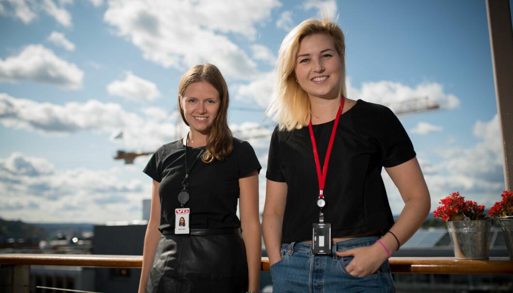 Marthe Berg og Elise Guldbrandsen trekker fram høyt tempo og deadlines som en viktig forskjell mellom journalistikkstudier og avishverdagen i deressommerjobb. Foto: Skjalg Bøhmer Vold