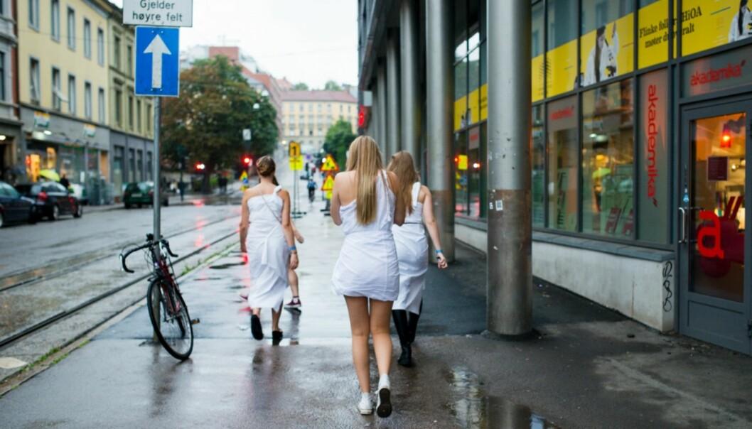 Fjorårets togaparty under fadderukene ved Høgskolen i Oslo og Akershus fikk kritikk for utdeling av gratis alkohol og erotisk lapdance til jentene. Her er noen av fjorårets deltakere ferdige og på veividere.