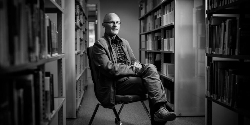 Direktør for læringssenteret ved høgskolen, Lars Egeland, i biblioteket påhøgskolen. Foto: Skjalg Bøhmer Vold