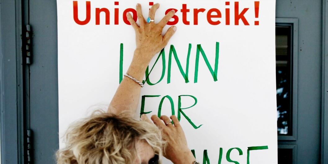 Det blir ingen streik i år - plakaten over er fra streiken i2012. Foto: Carl Martin Nordby/NTB-scanpix