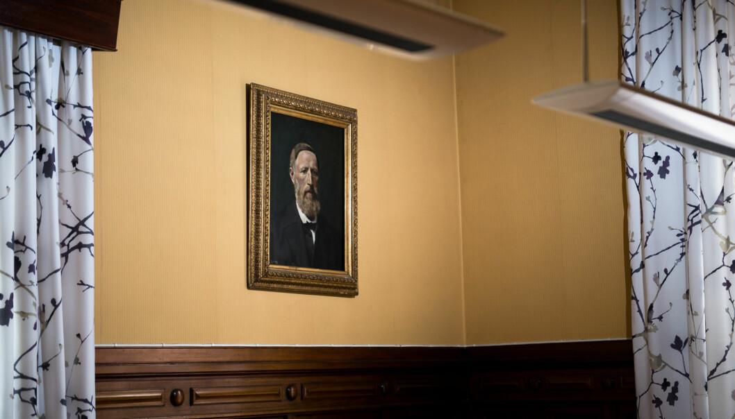 I et hjørne i et møterom på høgskolen henger et portrett malt av ingen ringere enn Christian Krogh. En tidligere rektor er portrettert, men navnet på rektoren er ikkekjent. Foto: Skjalg Bøhmer Vold