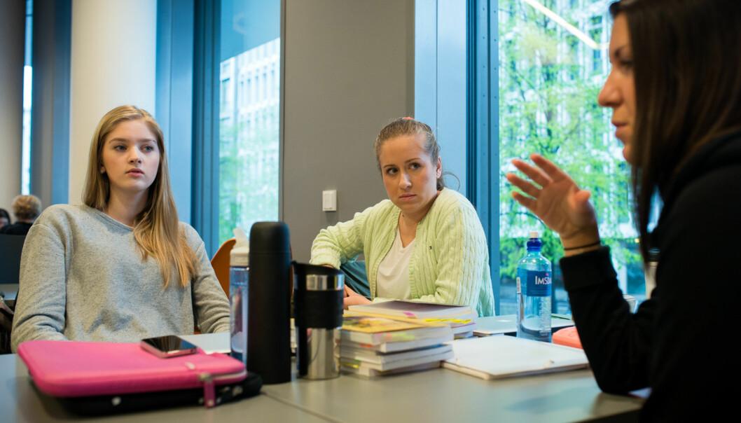 Ingvild Mathea Borgan, Maria Berge og Anita Fallahinejad er snart ferdig med første år på barnehagelærerstudiet, og føler de er i god rute til å fullføre på normerttid. Foto: Skjalg Bøhmer Vold