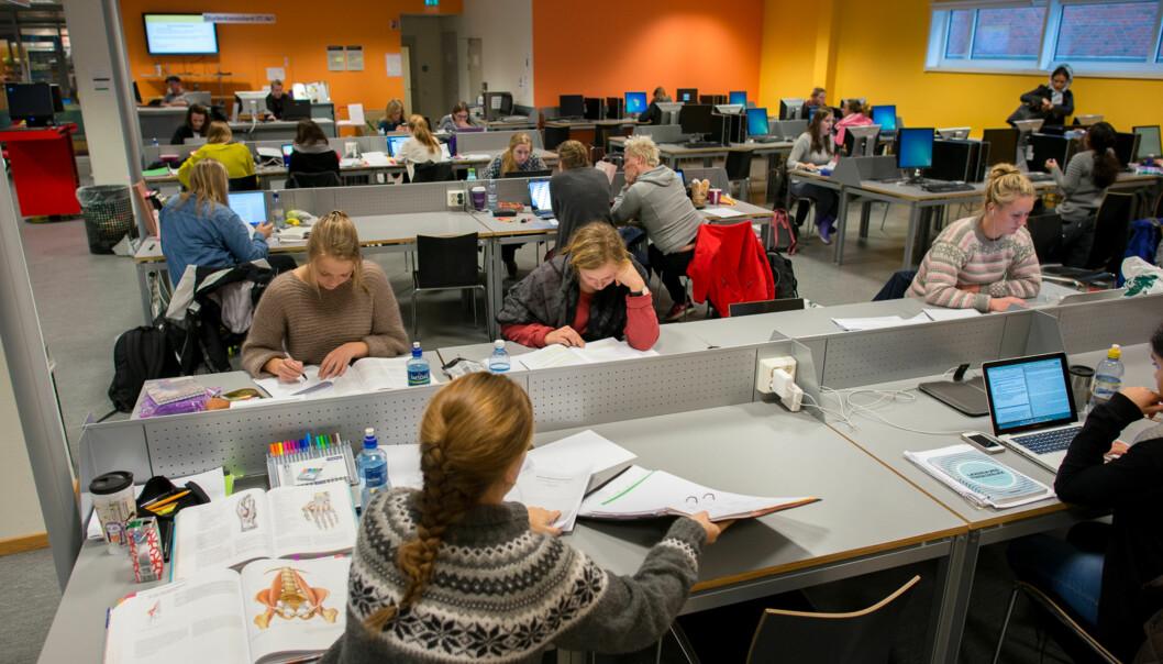 Man må være tidlig på'n for å få lesesalsplass på høgskolen ieksamenstida. Foto: Skjalg Bøhmer Vold