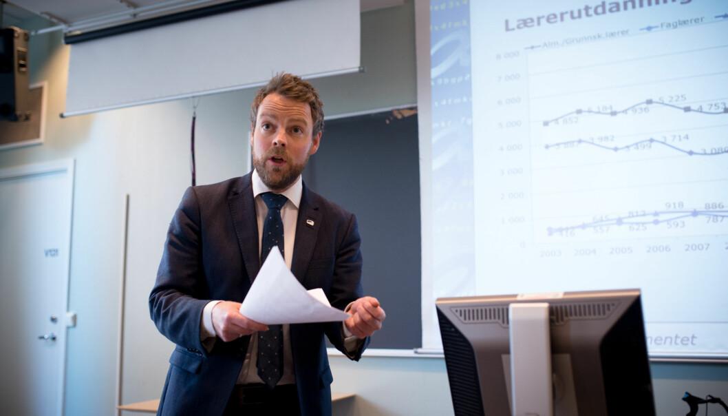 Torbjørn Røe Isaksen da han presenterte søkertallene for høyere utdanning 2014 iapril. Foto: Skjalg Bøhmer Vold