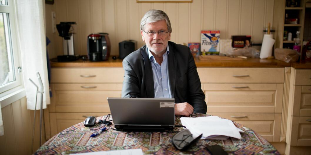 Anders Breidlid er kritisk til rangeringslister over vitenskapelig publisering, selv om han er på topp på høgskolens liste over publikasjonspoeng i 2013. Her er han i arbeid hjemme påkjøkkenet.