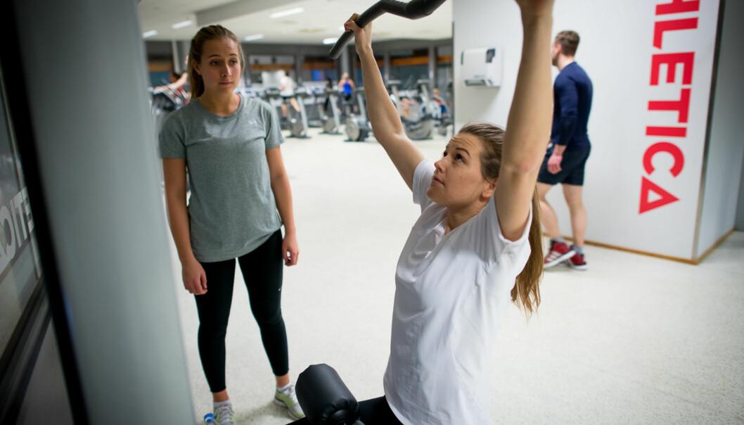 Studentene Therese Holmen og Fredrikke Wiheden benytter seg av det treningstilbudet Høgskolen i Oslo og Akershussponser. Foto: Skjalg Bøhmer Vold