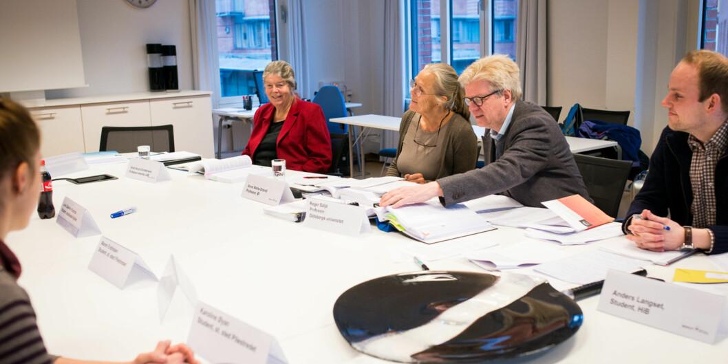 "Her er <span class=""caps"">NOKUT</span>s komitè som har evaluert kvalitetssikringssystemet ved Høgskolen i Oslo og Akershus, på deres første møte med høgskolen  i februar i år. Professor Roger Säljö (med briller) har ledet <span class=""caps"">NOKUT</span>s sakkyndige komite som gir HiOA stryk påkvalitetsarbeidet. Foto: Skjalg Bøhmer Vold"