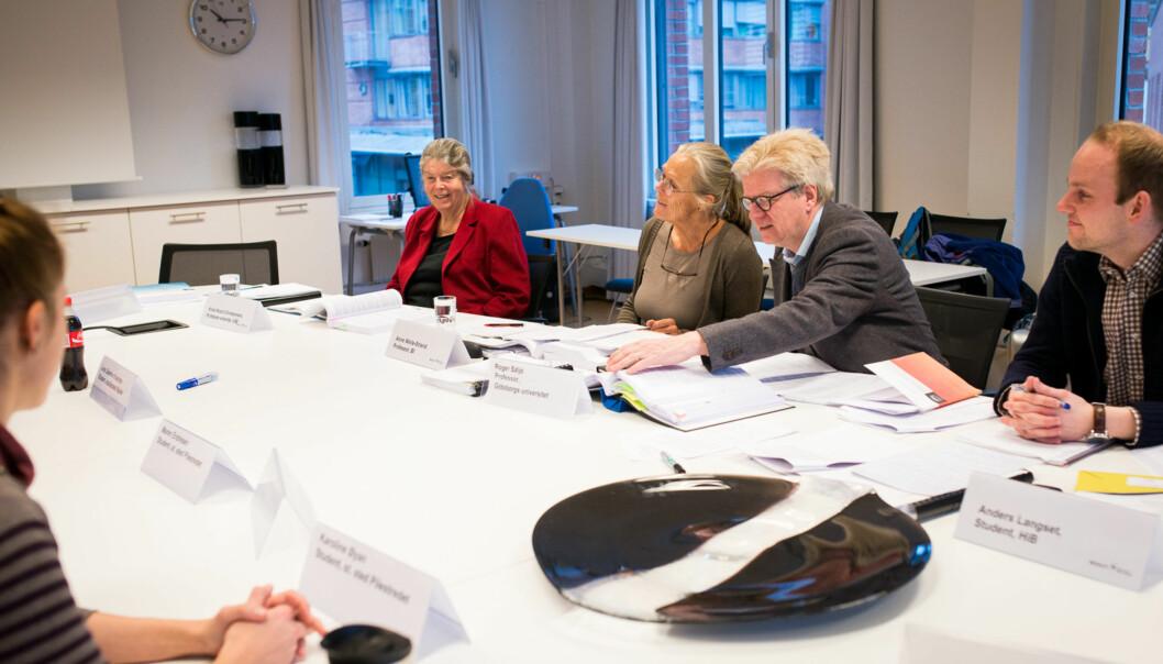 Her er NOKUTs komitè som har evaluert kvalitetssikringssystemet ved Høgskolen i Oslo og Akershus, på deres første møte med høgskolen  i februar i år. Professor Roger Säljö (med briller) har ledet NOKUTs sakkyndige komite som gir HiOA stryk påkvalitetsarbeidet. Foto: Skjalg Bøhmer Vold