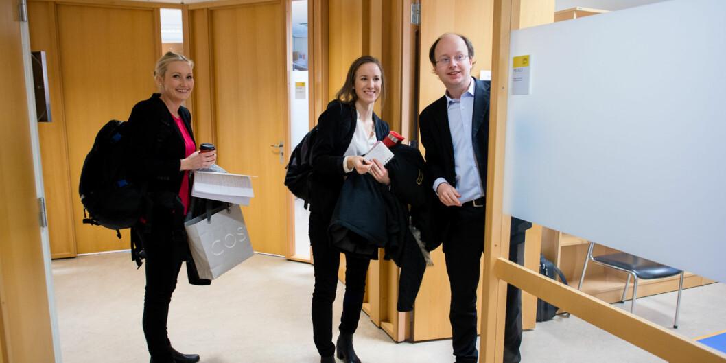 Kommende siviløkonomer Marte Bore Tesaker og Karoline Ask Kristiansen (t.v.) skal trenes i jobbintervju av førsteamanuensis Helge Nordahl vedHiOA.