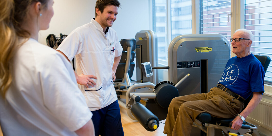Mensendieckstudent Magnus Duus Dahl instruerer pasient Rolf Langset i ulike styrkeøvelser. Langset er pasient på mensendieckutdanningens poliklinikk, hvor Duus Dahl har sinpraksisperiode. Foto: Skjalg Bøhmer Vold
