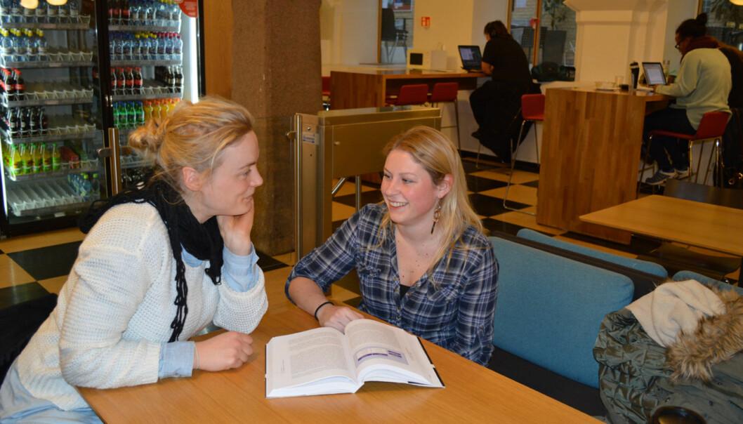 Guri Kringstad (til venstre) og Pia Nygård studerer til barnehagelærer på deltid. I likhet med det store flertall av norske studenter er de i all hovedsak fornøyd med studietilbudetsitt. Foto: Eira Lie Jor
