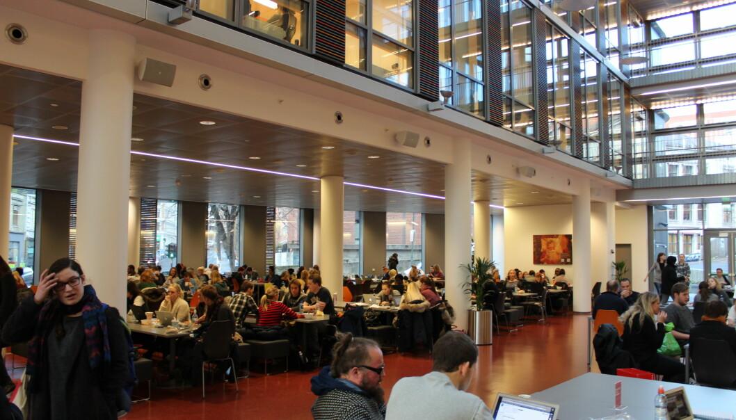 Studentkantinen i det nye helsefagbygget i  Pilestredet 32 er et populært samlingssted i lunsjpausen. I tilsattekantinen i 7. etasje i samme bygg er det lavere priser og færrefolk. Foto: Ingvild Ytre-Arne Fjelltveit