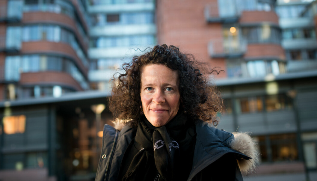 Eiendomsdirektør Mariann Hole fotografert utenfor bygget der Riksrevisjonen holder til i dag, og hvor HiOA flytter inn mot slutten av2016. Foto: Skjalg Bøhmer Vold