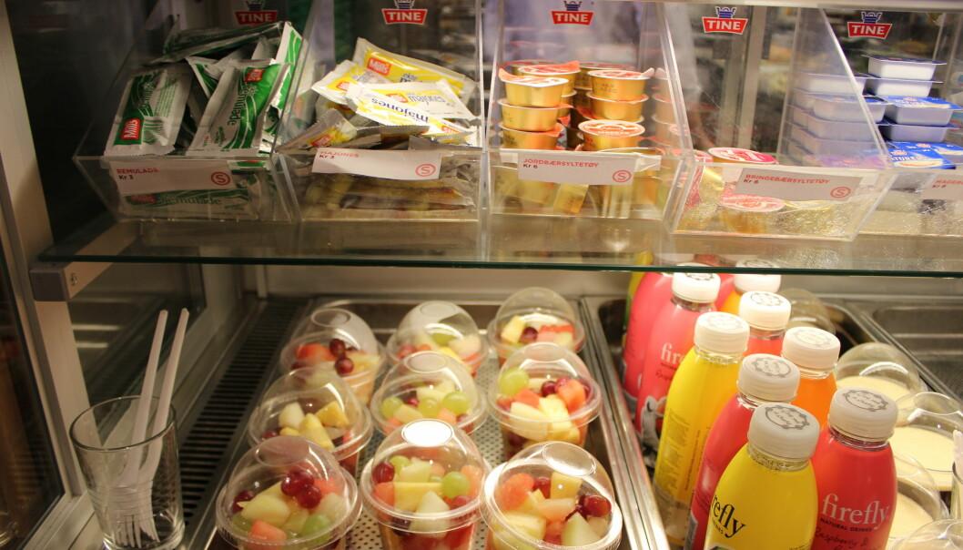 Oppkuttet frukt og pålegg til knekkebrød er blant de billigste lunsjalternativene i kantinen ved OsloMet viste en kantinetest studentredaksjonen i Khrono gjennomførte noen år tilbake. (Arkivfoto).