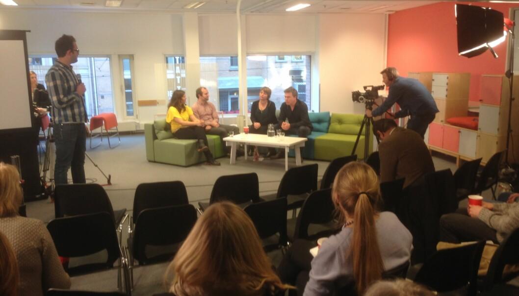 Hallvard Lavoll fra samfunnskontakt leder panelsamtale etter innledningene på dagens direktesendte frokost omforskningsformidling. Foto: Eva Tønnessen
