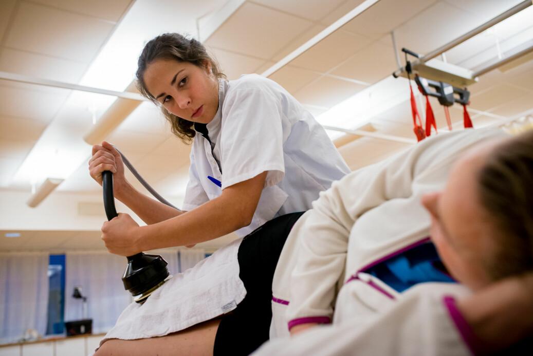 På studentklinikken som tilbyr fysioterapi på OsloMet er det alltid en veileder til stede under behandlingene. Foto: Skjalg Bøhmer Vold