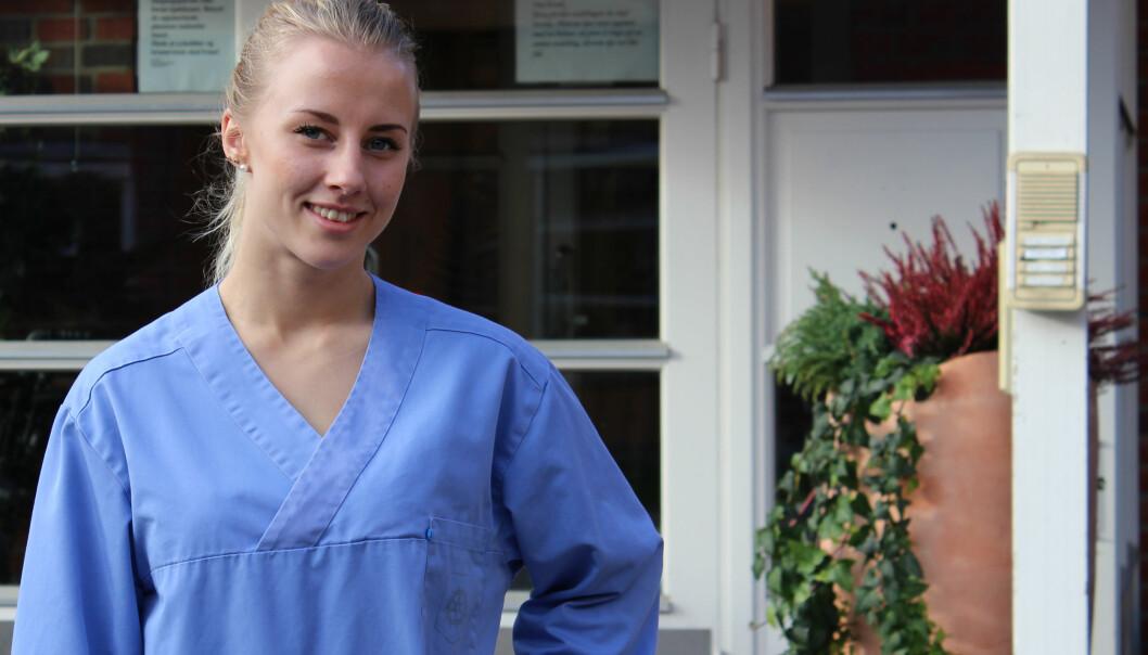 Jasmine Jestilä (19) er sykepleierstudent på HiOA, og ser praksisen som en viktig og verdifull del av utdanningen. Hun syns kanskje studenter som har så mye ulønna praksis burde fått mer støtte fra Lånekassen. Det er tilnærma umulig å jobbe ved siden av i praksisperiodene som utgjør halvestudietiden. Foto: Henriette Bøe Nilsen