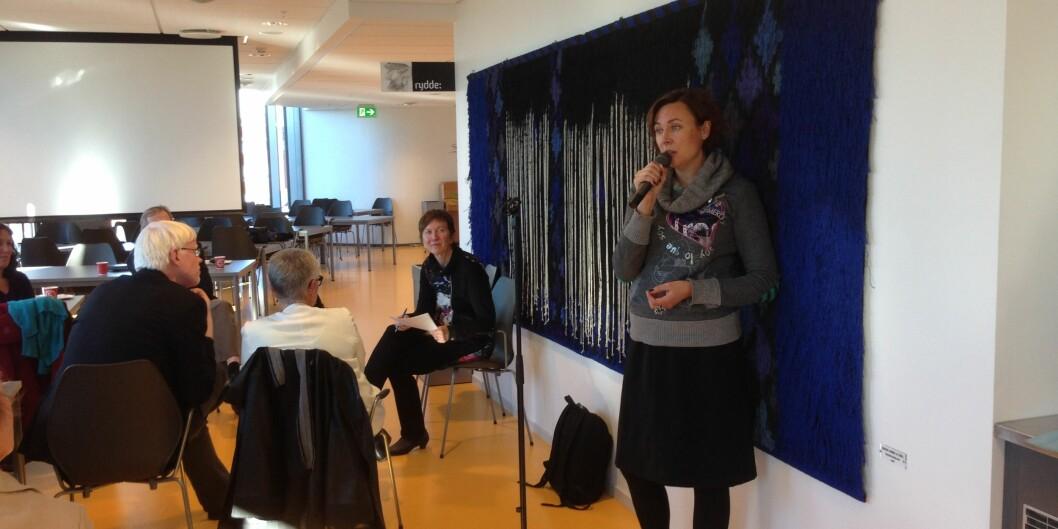 """Prorektorene Frode Eika Sandnes og Olgunn Ransedokken var tilhørere da professor Anne Gerd Granås fortalte om sitt digitale nybrottsarbeid på medieseksjonens <span class=""""caps"""">MOOC</span>-møte. Foto: Eva Tønnessen"""
