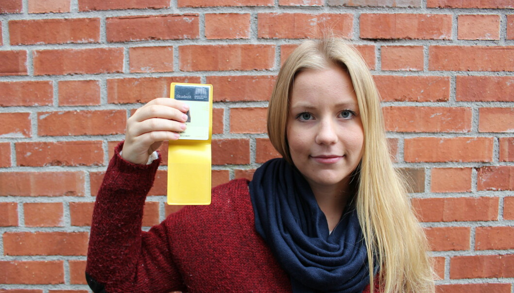 Førsteårsstudent Karen Setten har blitt stoppet i kontroll fire ganger på buss og bane og manglet kvittering for betalt semesteravgift hvergang. Foto: Ingvild Ytre-Arne Fjelltveit