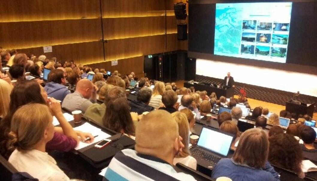"""Fullt hus når Arne Krokan forteller om <span class=""""caps"""">MOOC</span> på den første store norske konferansen påtemaet. Foto: Hege Larsen"""