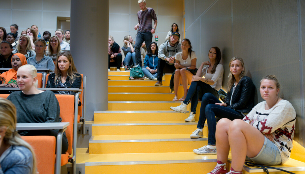 Mange måtte sitte i trappene under første forelesning på sykepleierstudiet i Pilestredet. I alt var det 101 flere studenter enn studieplasser på utdanningen vedstudiestart. Foto: Skjalg Bøhmer Vold