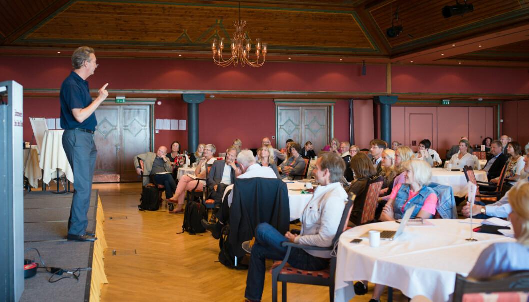 Pr-guru Hans Geelmuyden prediker lidenskap og kommunikasjonsglede for vel 100 ledere ved Høgskolen i Oslo ogAkershus. Foto: Skjalg Bøhmer Vold