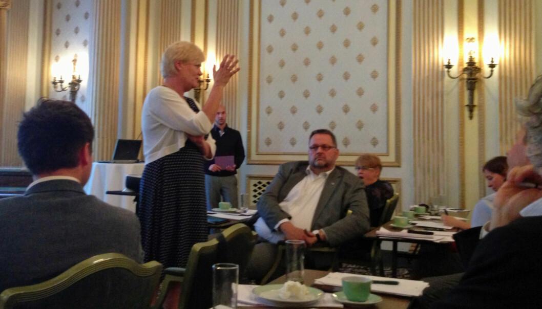 Kristin Halvorsen svarer på spørsmål om y-veier og opptak under NOKUTs frokostmøtet. Høyres Svein Harberg gjør seg klar tilpaneldebatt. Foto: Eva Tønnessen
