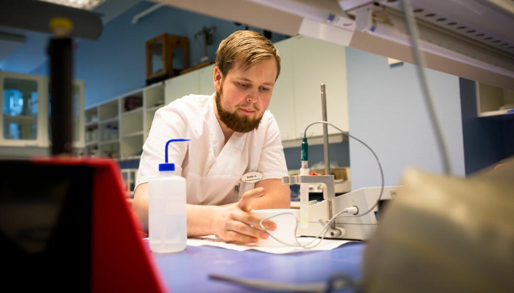 """Vetle Nikolai Lundsvoll, leiar i studentrådet <span class=""""caps"""">BIFART</span> (Bioingeniør, Farmasi, Radiografi og Tannteknikk), fortel at studentane føler seg så langt som tilskodarar til saken om samanslåing av dei to institutta på helsefag. No forventar dei å bli meirinvolvert. Foto: Skjalg Bøhmer Vold"""