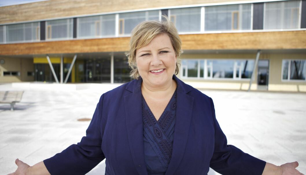 Hvis Erna Solberg (H) og de borgerlige partiene vinner valget til høsten, kan HiOAs vei til universitet blikronglete. Foto: Høyre