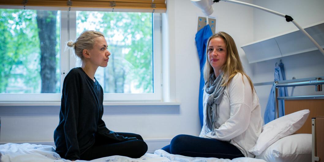 Kristin Wæhle Ask og Benedicte Sjølander tar bachelor i sykepleie over fire år. De er veldig fornøyd med høgskolens studietilbud, men tilsvarende lite fornøyd med regler for studielån og krav om tilbakebetaling når du erdeltidsstudent. Foto: Skjalg Bøhmer Vold