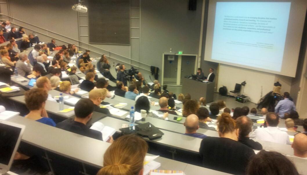 Forskere fra 40 land fylte auditoriet i Pilestredet 35 under åpningen av forskningskonferansen om designopplæringonsdag. Foto: Hege Larsen