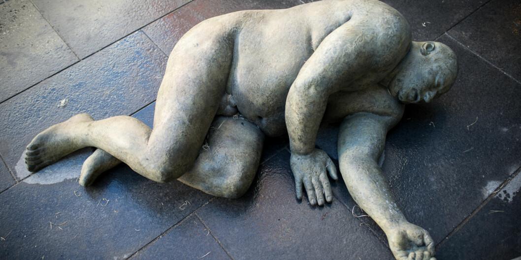 Christine Aspelunds statue som ligger utenfor ett av byggene på Høgskolen i Oslo og Akershus. Foto: Skjalg Bøhmer Vold