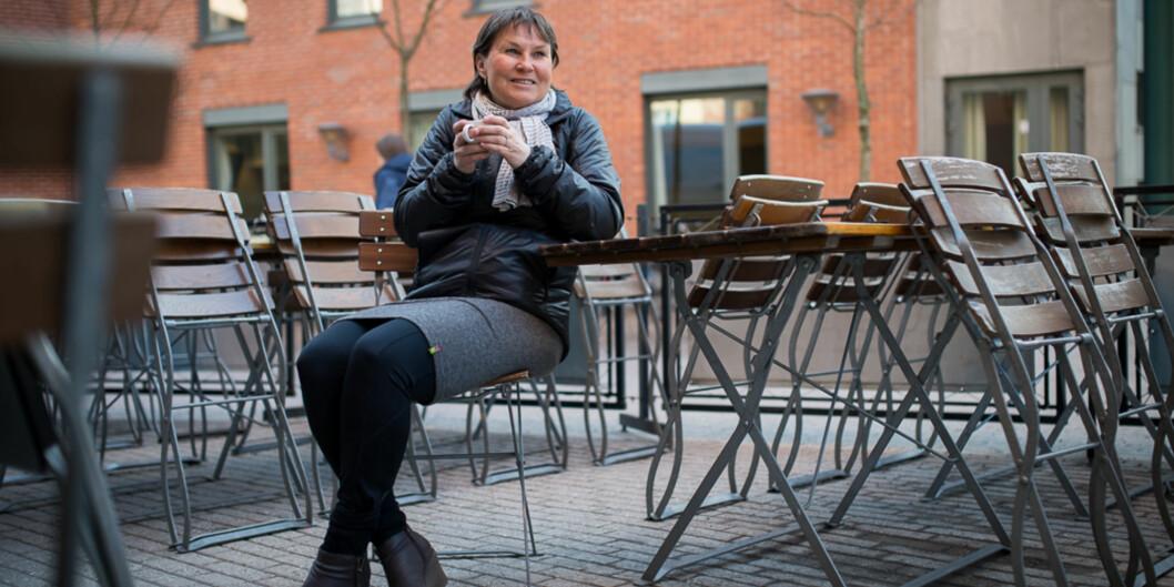 <p>Professor Liv Merete Nielsen ved Institutt for estetiske fag ved HiOA tar seg en kaffekopp i vårkulda iført sin egenutviklede, rundstrikkedekroppsvarmer.</p> Foto: Skjalg Bøhmer Vold