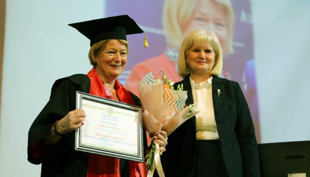 Rektor ved UiT Norges arktiske uiversitet ble tildeldt æresdoktorat ved to universitet i Arkhangelsk. Foto: UiT/Karine Nigar Aarskog