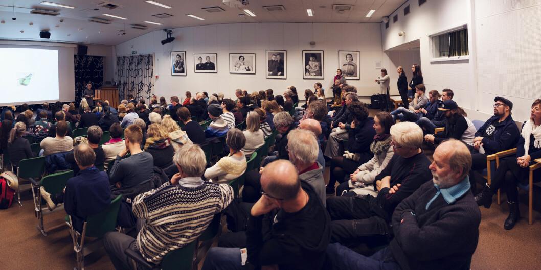 Rektor Anne Husebekk fikk mange spørsmål fra ansatte og studenter ved kunstfakultetet og Tromsø museum under allmøtet onsdag, som ble holdt i museumssalen. Foto:  Adnan Icagic