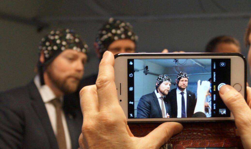 Torbjørn Røe Isaksen og Bent Høie poserer på bevegelsesanalyselaboratoriet på Høgskolen i Oslo og Akershus. Foto: Øystein Fimland