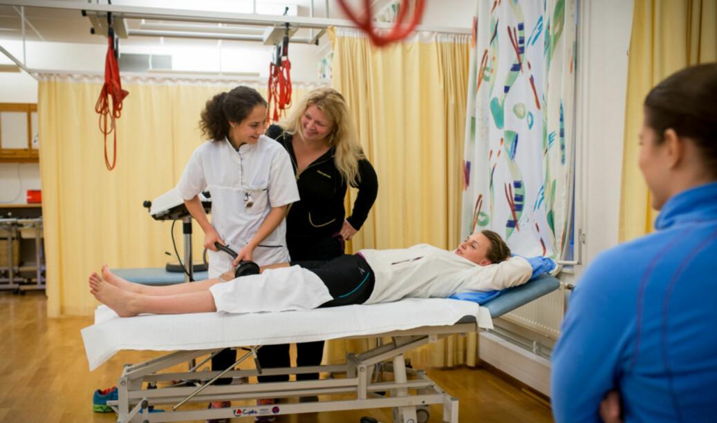 Fysioterapistudent behandler en pasient, mens Hilde Sylliaas (i svart) overvåker det hele. Arkivbilde fra en reportasje i Khrono i 2013. Foto: Skjalg Bøhmer Vold