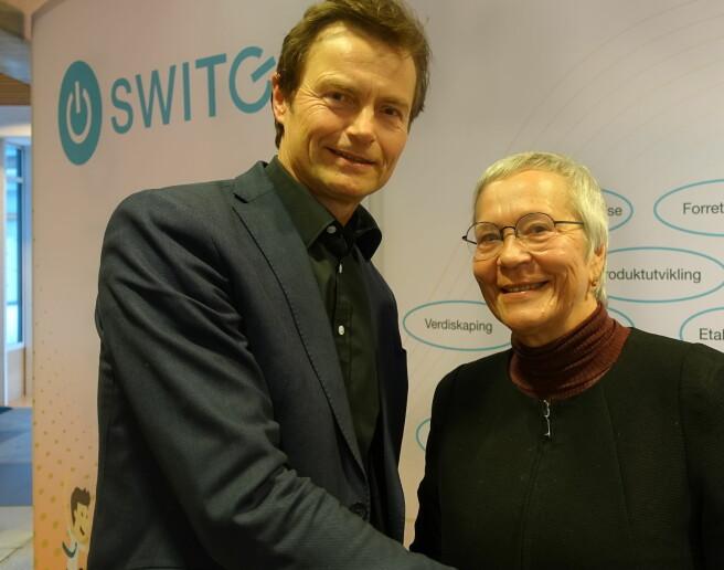 Tore Arnstein Dobloug i Sparebankstiftelsen Hedmark og rektor Kathrine Skretting. Foto: HiNN