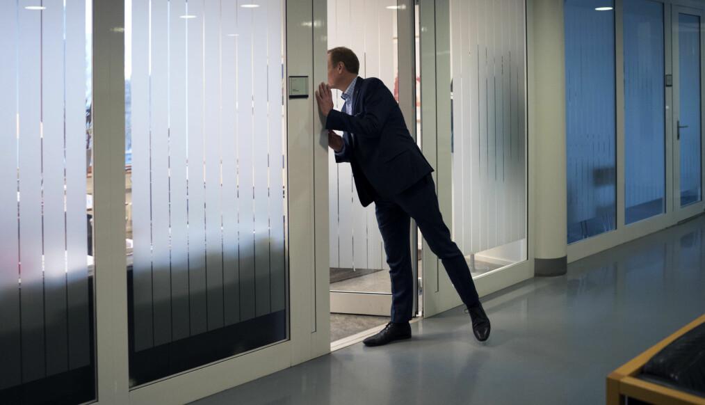 Peter Tornquist kikker innom et kontor på Musikkhøgskolen på Majorstua i Oslo. Foto: Ketil Blom Haugstulen