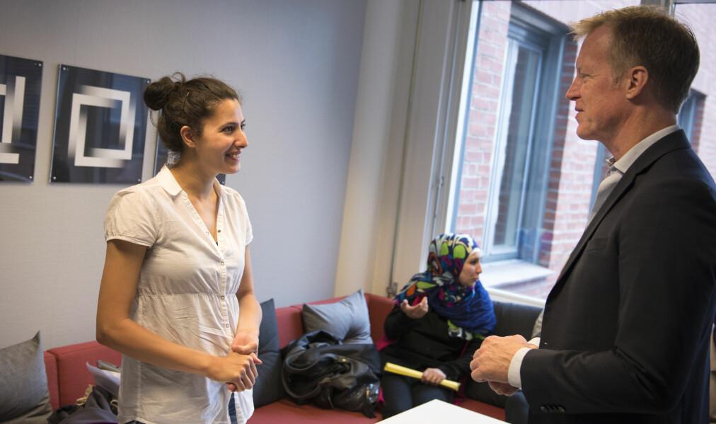 Rektor Curt Rice ønsker Racha Najjar fra Libanon velkommen til studieprogrammet i kompletterende lærerutdanning.  Foto: Sonja Balci
