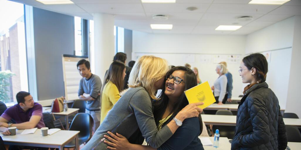 Prorektor for utdanning, Nina Waaler, tar imot sykepleierstudent Rashim Sood som bor på Jessheim og opprinnelig er fra India.  Foto: Sonja Balci