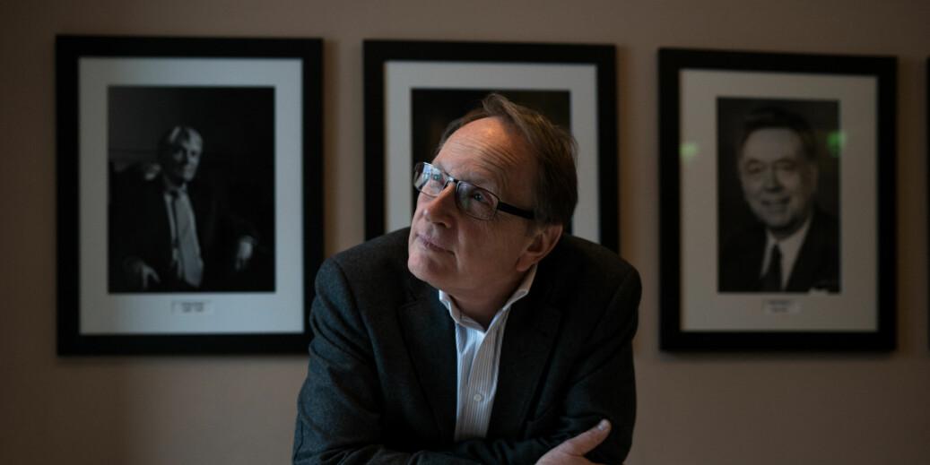 Dekan ved Det juridiske fakultet ved Universitetet i Oslo, Dag Michalsen, har som mål å få byttet ut svart-hvitt-portrettene av mennene på veggene i møterommet. I 2017 er fire av fem nyansatte professorer ved fakultet kvinner. Foto: David Engmo