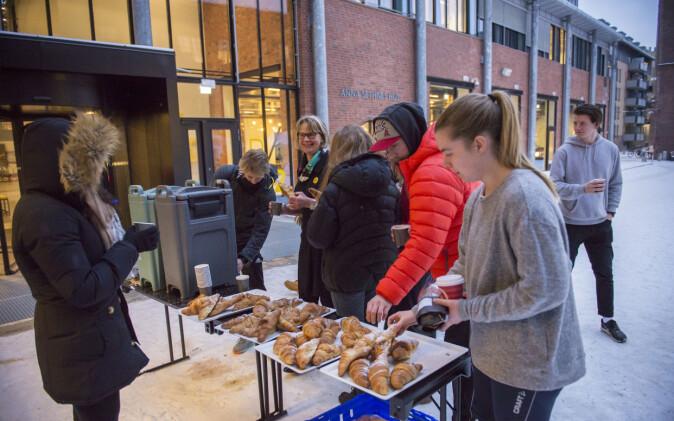 Trine Syvertsen med croissant utenfor Pilestredet 52. Foto: Sonja Balci/HiOA