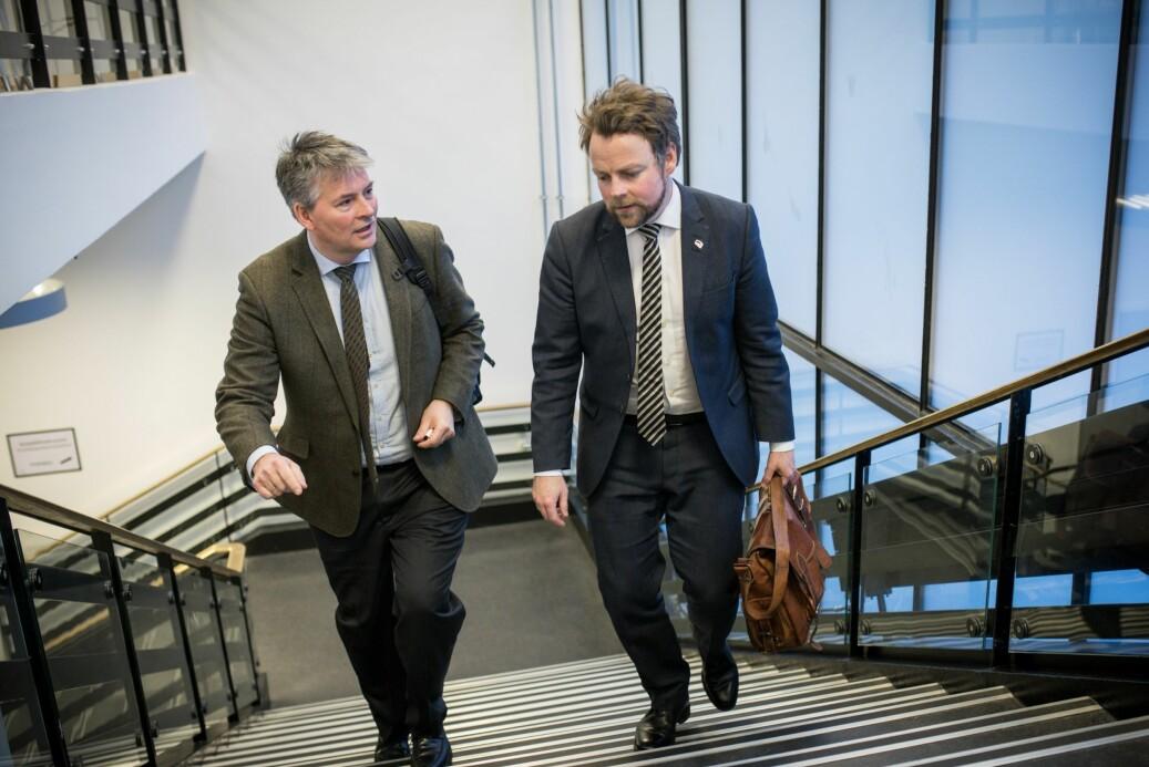 Kunnskapsminister Torbjørn Røe Isaksen (t.h.) og statssekretær Bjørn Haugstad på vei til årets kontaktkonferanse. Foto: Skjalg Bøhmer Vold